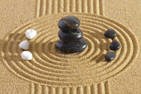 Photo pour Jardin zen japonais dans le sable et les pierres du yin et du yang - image libre de droit