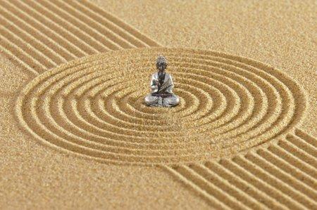 Photo pour Jardin zen japonais dans le sable et la figure de Bouddha - image libre de droit