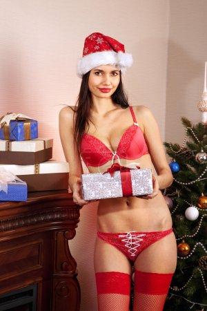 Photo pour Sexy jeune Santa-fille en bikini rouge avec des cadeaux - image libre de droit