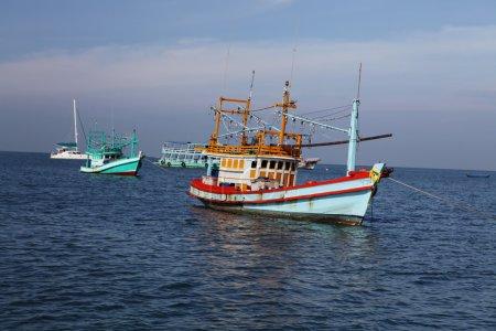 Photo pour Voilier de pêche thaïlandais en mer dans des conditions météorologiques ensoleillées - image libre de droit