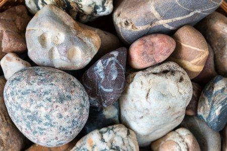 Photo pour Détail des différents cailloux de mer - pierres de gravier - petite profondeur de champ - image libre de droit