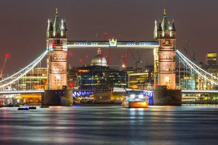 Photo pour Tower Bridge à Londres la nuit, Royaume-Uni - image libre de droit