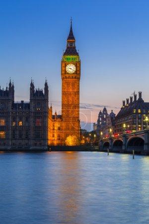 Photo pour Big Ben et Westminster Bridge à Londres la nuit, Royaume-Uni - image libre de droit