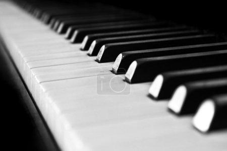 Photo pour Gros plan des touches du piano anciens - image libre de droit