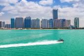 Panorama d'Abu Dhabi en journée ensoleillée