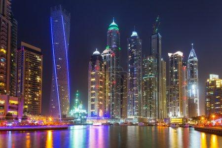 Photo pour Dubai Marina la nuit, Émirats arabes unis - image libre de droit