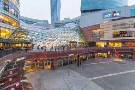 Photo pour WARSAW, POLOGNE - 28 FEVRIER 2014 : Le centre commercial Zlote Tarasy à Varsovie, Pologne. La superficie totale du bâtiment s'élève à 205 000 mètres carrés avec plus de 200 magasins et restaurants . - image libre de droit