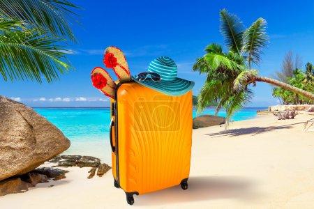 Photo pour Vacances d'été avec des sacs sur la plage tropicale - image libre de droit