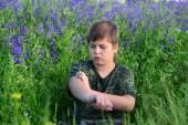 Dospívající chlapec s alergií v kvetoucí byliny