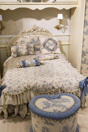 Photo pour Chambre d'enfants en beige avec des meubles - image libre de droit