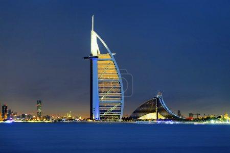 Photo pour Skyline de Dubaï la nuit depuis l'eau - image libre de droit
