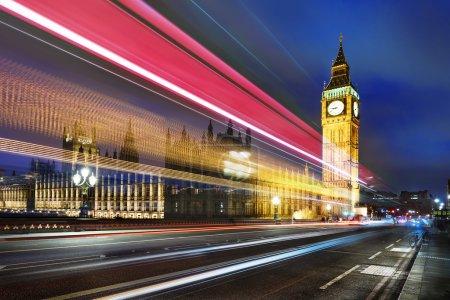 Photo pour Big Ben, l'un des symboles les plus importants de Londres et d'Angleterre, comme le montre la nuit avec les lumières des voitures qui passent - image libre de droit