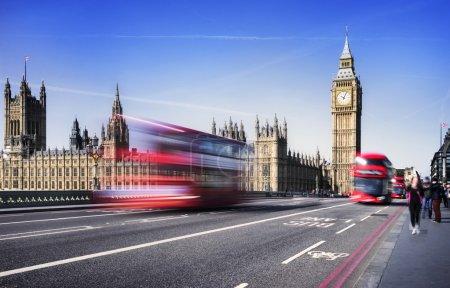 Photo pour Londres, Royaume-Uni. bus rouge en mouvement et de big ben, le Palais de westminster. les icônes de l'Angleterre dans le style vintage, rétro - image libre de droit