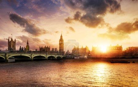 Photo pour Grand pont de ben et de westminster à la tombée de la nuit, Londres, Royaume-Uni - image libre de droit