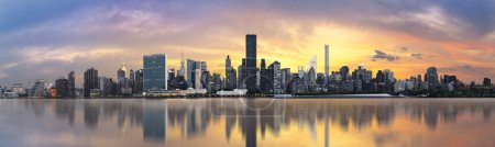Foto de El horizonte del Bajo Manhattan. Vista panorámica gigante USA - Imagen libre de derechos