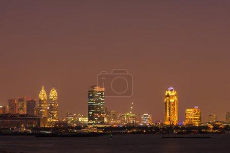 Photo pour Paysage de nuit de la ville de Dubaï, Émirats Arabes Unis - image libre de droit