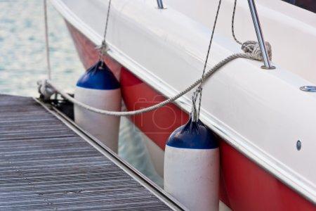 Photo pour Voilier côté garde-boue Fermeture. Protection du bateau. Plan horizontal - image libre de droit