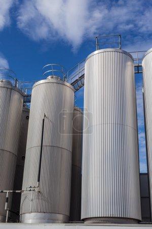 Photo pour Réservoirs industriels géants sur le fond bleu vif ciel - image libre de droit