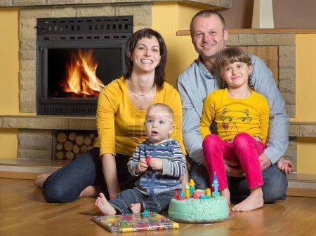 Photo pour Fils d'un an avec la petite soeur, le papa et la maman célèbrent l'anniversaire - image libre de droit
