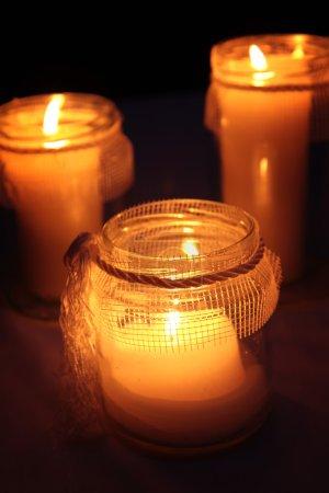 Photo pour Bougies qui brûlent dans un cimetière au cours de la Toussaint - image libre de droit