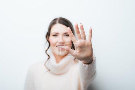 Foto de De pelo largo hermosa morena mostrando stop gesture - Imagen libre de derechos