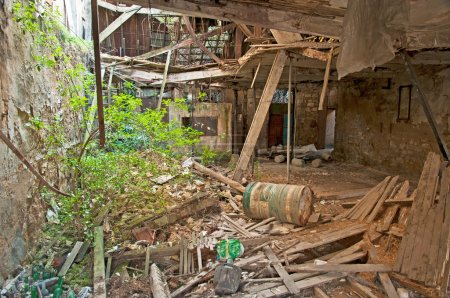 Photo pour Ruines de la vieille maison pendant la journée de l'été - image libre de droit