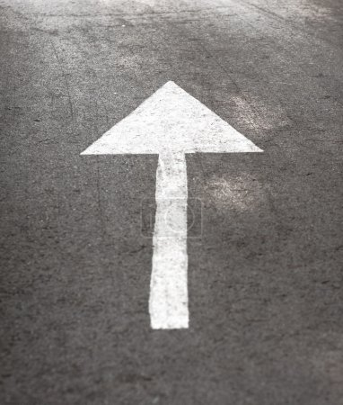Photo pour Signe au sol flèche blanche indiquant la direction de la route - image libre de droit