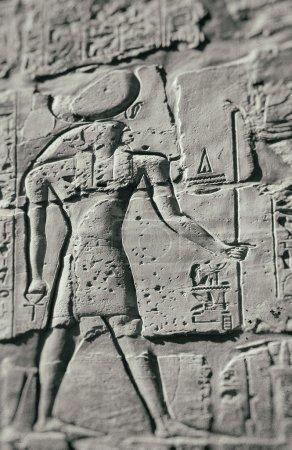 Photo pour Image de la sculpture du dieu faucon égyptien antique horus. Karnak à Louxor, Egypte. certains ajouté bruit & poussière. - image libre de droit