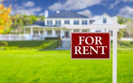 Photo pour Rouge pour louer immobilier signe en face de belle maison. - image libre de droit