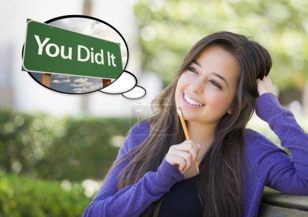 Photo pour Songeur jeune femme avec bulle de pensée vous fait panneau de signalisation vert. - image libre de droit