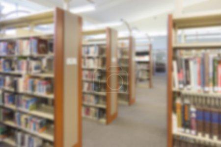 Photo pour Bibliothèque intérieure floue arrière-plan allée . - image libre de droit
