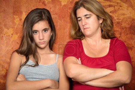 Photo pour Problèmes d'adolescence - Adolescente en colère et sa mère triste et inquiète - image libre de droit