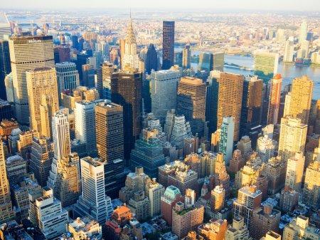 Photo pour Vue aérienne de New York au coucher du soleil, notamment le Chrysler Building et l'Organisation des Nations Unies - image libre de droit