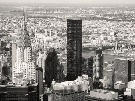 Photo pour Vue aérienne de noir et blanc de New York, notamment le Chrysler Building et le pont de Queensboro - image libre de droit