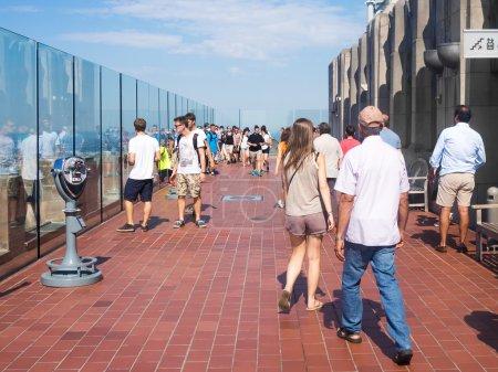 Photo pour NEW YORK, ÉTATS-UNIS - 15 AOÛT 2015 : Des touristes au sommet de l'observatoire Rock au sommet du bâtiment GE, qui fait partie du Rockefeller Center - image libre de droit