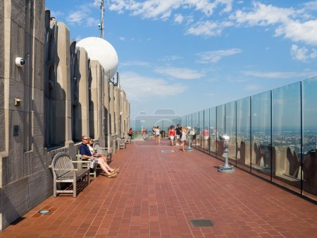 Photo pour NEW YORK, ÉTATS-UNIS - 15 AOÛT 2015 : Des touristes au sommet du pont d'observation Rock au sommet du bâtiment GE sur le Rockefeller Center - image libre de droit