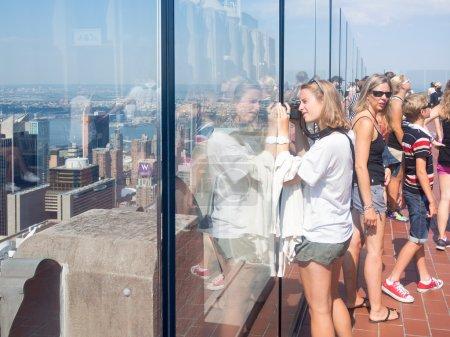 Photo pour NEW YORK, États-Unis - 15 AOÛT 2015 : Un touriste prend des photos au sommet du pont d'observation du rocher sur le bâtiment GE du Rockefeller Center - image libre de droit