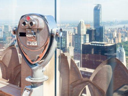 Photo pour Jumelles regardant les toits de New York - image libre de droit