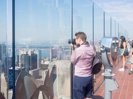 Photo pour Haut du pont d'observation Rock au sommet du bâtiment GE sur le Rockefeller Center - image libre de droit