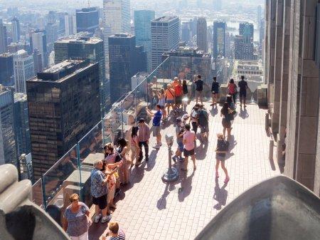 Photo pour NEW YORK, ÉTATS-UNIS - 15 AOÛT 2015 : Des touristes au sommet de la plate-forme d'observation Rock au sommet du bâtiment GE, qui fait partie du Rockefeller Center à New York - image libre de droit