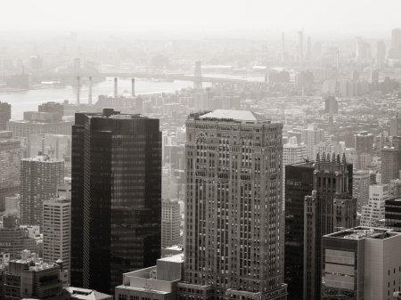Photo pour Scène urbaine noir et blanc avec des gratte-ciels modernes et vintage à New York City - image libre de droit
