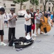 Постер, плакат: Street performers singing and playing music in New York