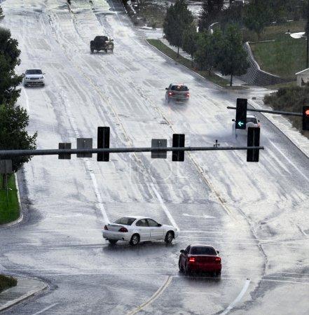 Photo pour Conduire sur la route pendant la tempête de pluie - image libre de droit
