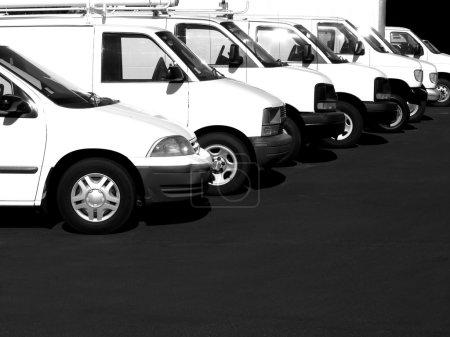 Photo pour Voitures blanches d'affilée dans un parc de stationnement ou la voiture lot - image libre de droit
