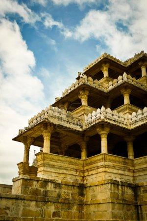 Photo pour Une des entrées du temple de Ranakpur Jain, Rajasthan, Inde - image libre de droit