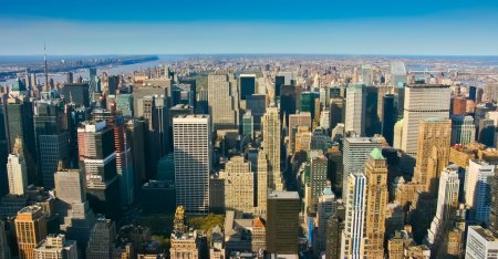 Photo pour Aerial panoramic view over upper Manhattan, New York. Sunset of a clean, sunny day with exceptional visibility. - image libre de droit