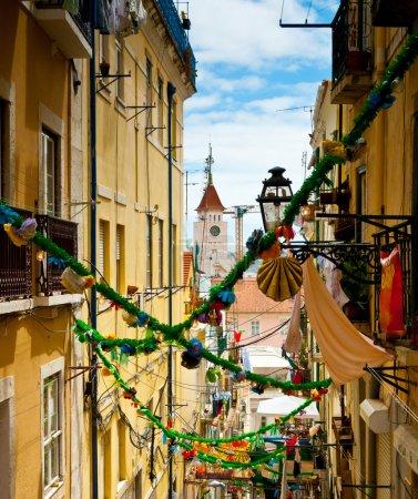 Photo pour Ruelle coloré et décoré dans le Barrio Alto pendant le Festival de Santo Antonio, Lisbonne, Portugal - image libre de droit