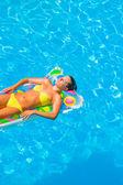 žena v plavkách v bazénu