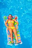 Holka je relaxace v bazénu