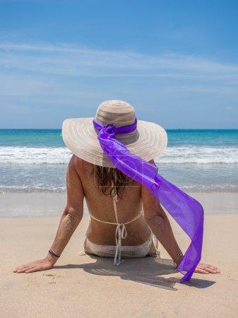 Photo pour Beautiful woman sitting on the beach in Jambara Bali Indonesia - image libre de droit